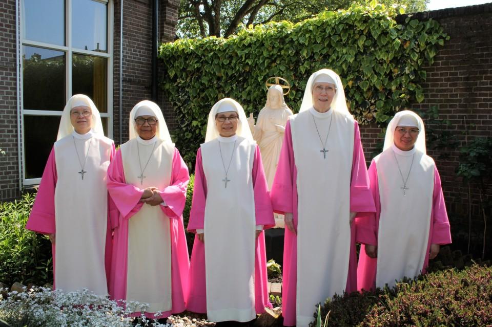 Groepsfoto zusters. V.l.n.r.: zuster Maria Visitacion, zuster Lusia Maria, zuster Maria Michelle, zuster Maria Confidens, zuster Trinitas Marie.