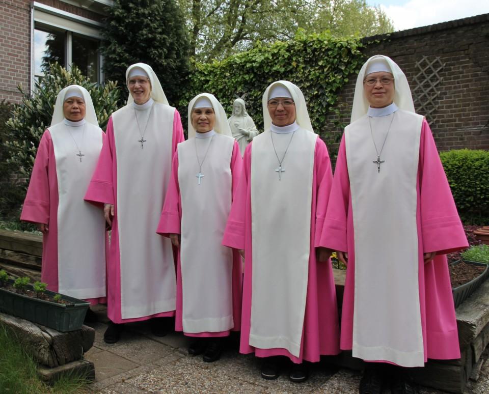 Groepsfoto zusters. V.l.n.r.: zuster Maria Resurreccion, zuster Maria Confidens, zuster Maria Michelle, zuster Trinitas Marie, zuster Maria Visitacion.