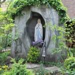 Lourdesgrot in tuin Klooster Cenakel.