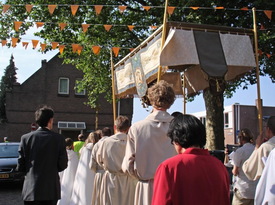 De Sacramentsprocessie keert teug naar de St. Ludgerus Aanbiddingskapel.
