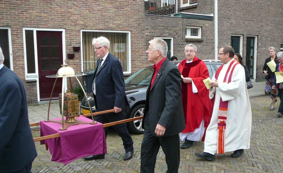 De Ludgerusreliek in de processie.