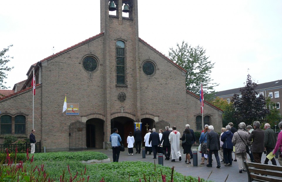 De processie trekt de Jacobuskerk in.
